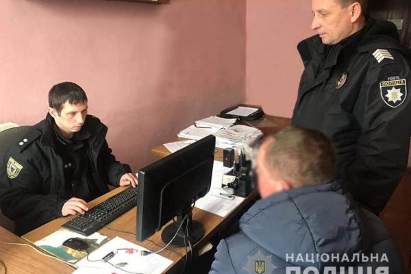 На Прикарпатті дебошир сімейним скандалом не обмежився і напав на поліцейського