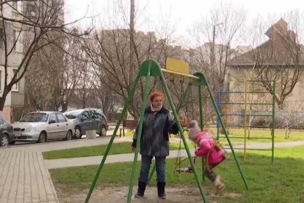 Курси для бабусь: як в Івано-Франківську пенсіонерки працюють нянями (Відео)