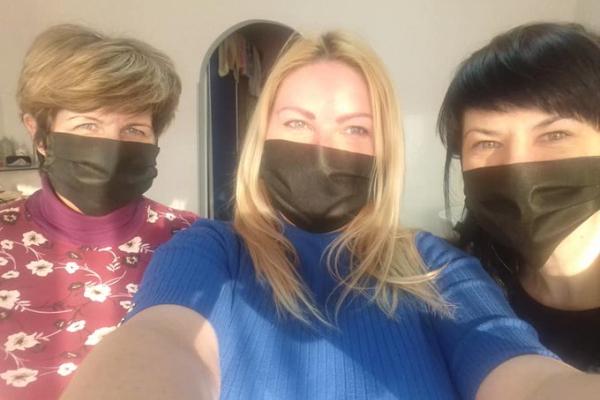 В Івано-Франківську працівники перукарні безкоштовно шиють і роздають захисні маски (Фото)