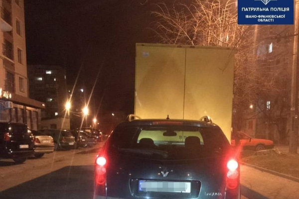 На Стуса патрульні зупинили водія з підробленими документами