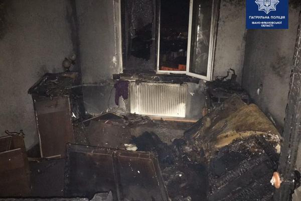 Франківські патрульні врятували чоловіка з охопленої полум'ям квартири (Фото)