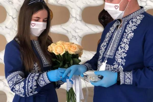 Весілля на карантині: як у Калуші молодята одружувались в масках (Фото)