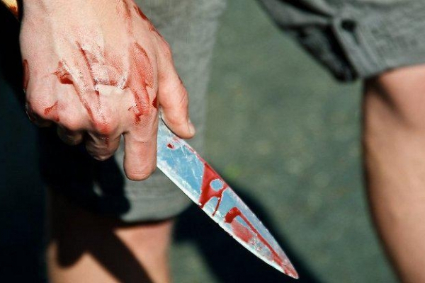 На Калущині чоловік напав на двох жінок і з ножем кинувся на поліцейських