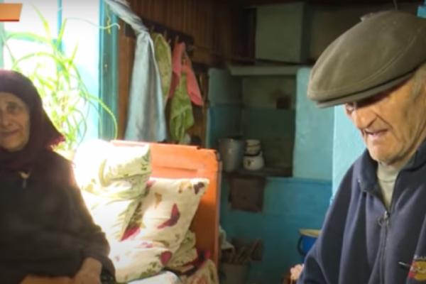 На Косівщині жінка вигнала стареньких батьків жити у хлів (Відео)