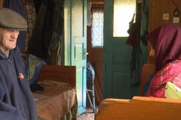 На Прикарпатті жінка вигнала літніх батьків жити в хлів (Відео)