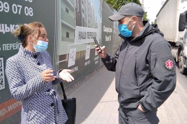 У Франківську оштрафували шахрайку, яка жебракувала поміж авто