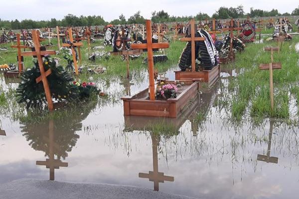 Могили у воді: Поблизу Івано-Франківська затопило цвинтар (Фото)
