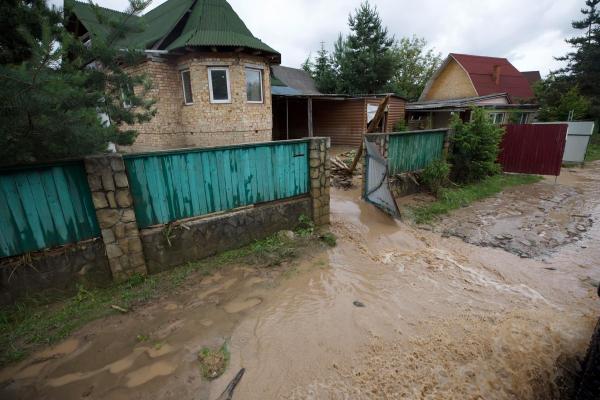 Повінь на Прикарпатті зачепила 13 тисяч будинків