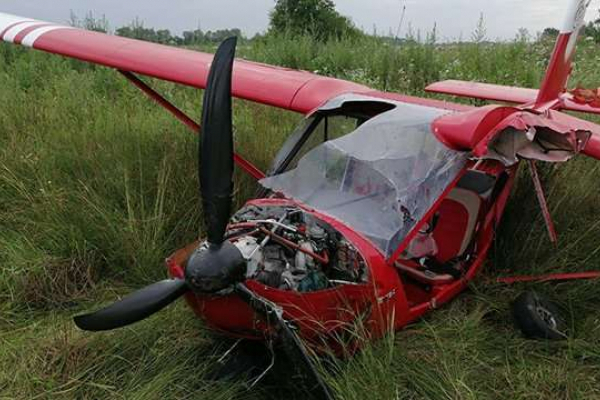 «Жорстка посадка»: На Прикарпатті аварійно приземлився легкомоторний літак