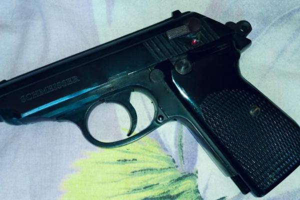 Під час обшуку у молодого прикарпатця знайшли наркотики та зброю