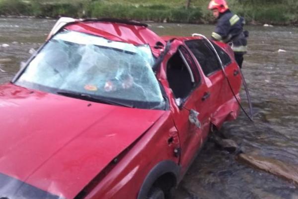 На Прикарпатті авто злетіло у гірську річку. Двоє травмованих (Фото)