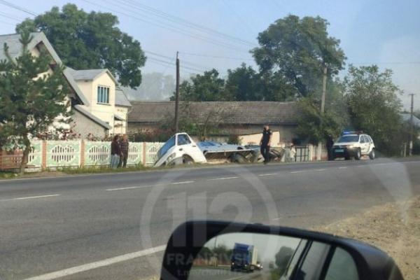 На Прикарпатті евакуатор з автомобілями злетів з дороги