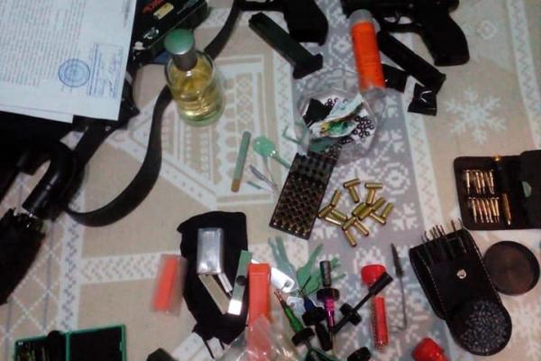 У прикарпатця, який скоїв розбійний напад в автобусі, знайшли зброю та наркотики