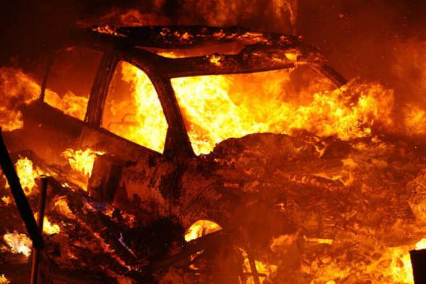 На Прикарпатті згоріла автівка і постраждав будинок