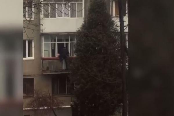 У Франківську патрульні врятували дитину, яка зібралася зістрибнути з балкону (Відео)