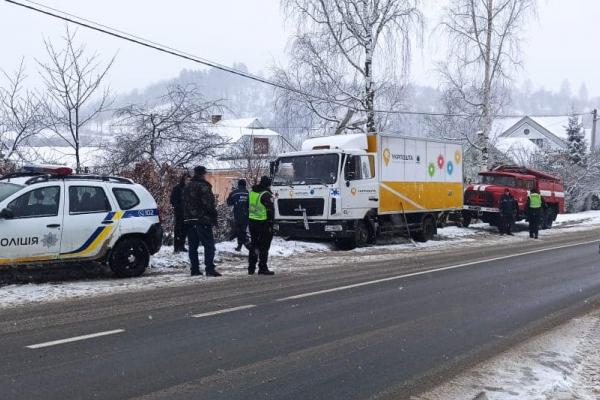 У Калуші автобус ледь не зірвався у 10-метрову прірву (Фото)