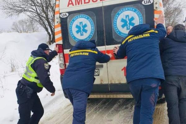Поліцейські з рятувальниками допомогли медикам доїхати до хворого прикарпатця