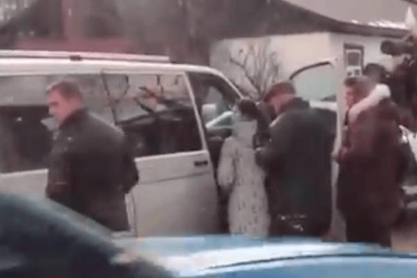 На Івано-Франківщині виборцям з авто роздавали по 500 гривень (Відео)