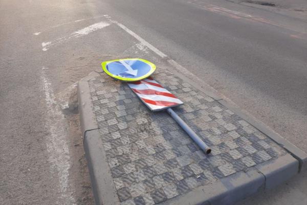У Франківську п'яний водій «Ланоса» наїхав на острівець безпеки і збив знак (фото)