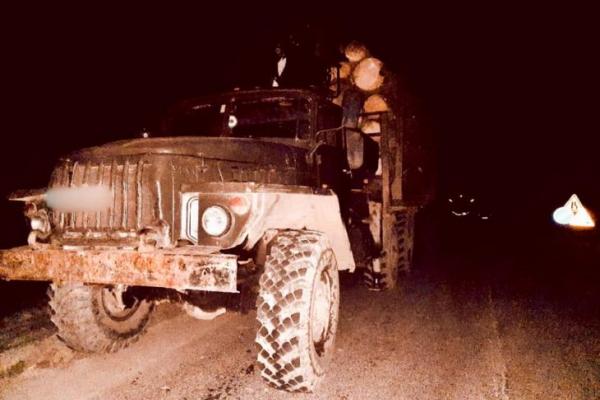 На Прикарпатті чоловік вкрав вантажівку лісодеревини