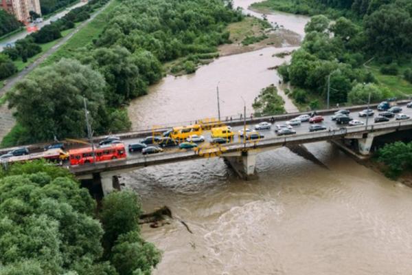 Експерт розповів, яку частину Франківська затопить, якщо Бистриця прорве дамбу