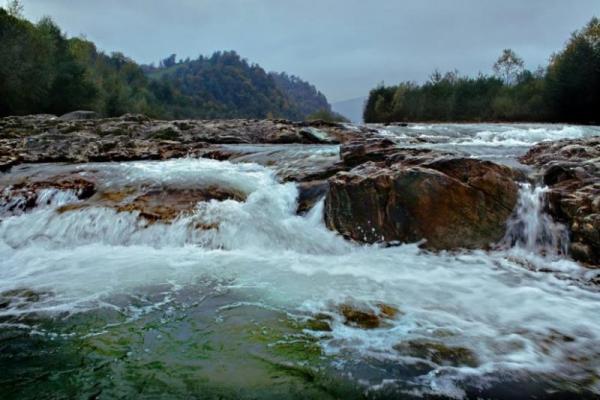 На Прикарпатті 12-річний хлопчик впав у гірську річку: пошуки дитини тривають