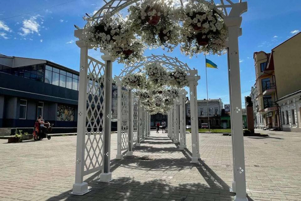 В Коломиї з'явився кований «квітковий тунель» для фотосесій