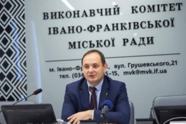 Мер Івано-Франківська пообіцяв звільнити невакцинованих працівників міськради
