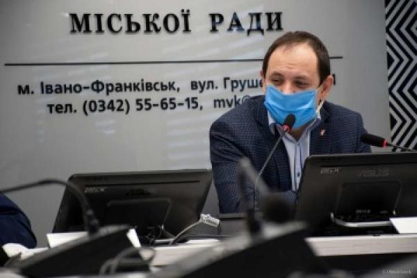 В Івано-Франківську працівники виконкому отримали «на горіхи» через вакцинацію (Відео)