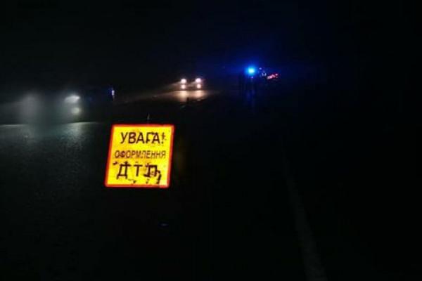На Коломийщині авто злетіло в кювет та врізалося в опору