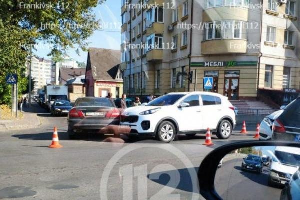 У центрі Франківська зіткнулися три автомобілі
