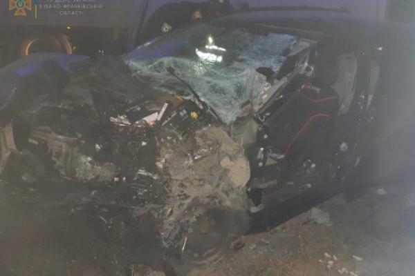 ДТП на Франківщині: Травмованого водія витягали із понівеченого автомобіля
